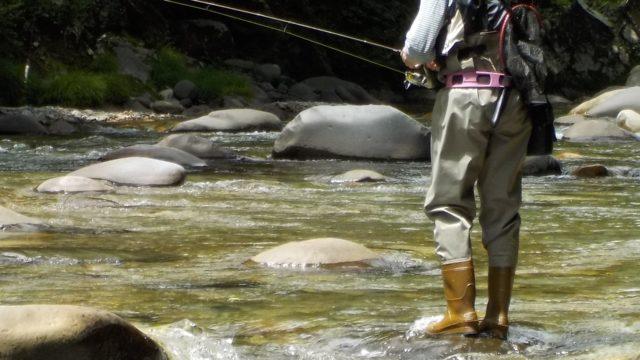渓流釣りをしている男性