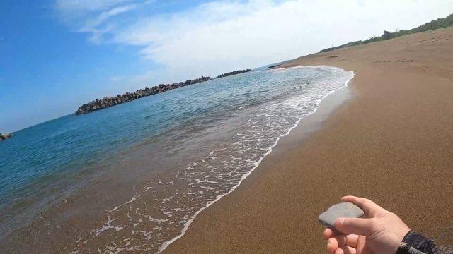 砂浜で水切り