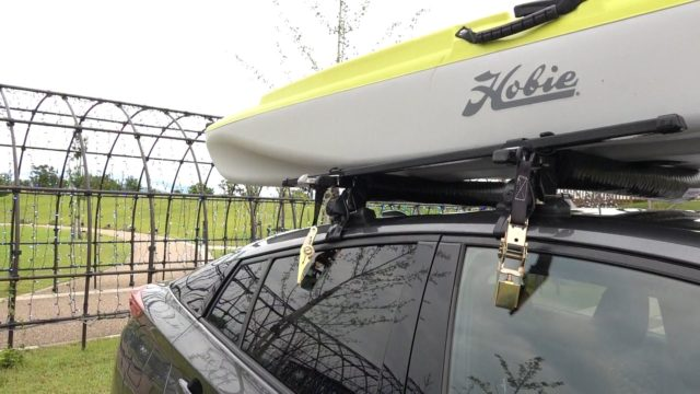 フィッシングカヤックの車載・積載方法説明。荷締めベルトで固定。
