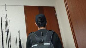 ゴープロ野球帽子マウントとライフジャケットを繋いだ状態の後ろ姿