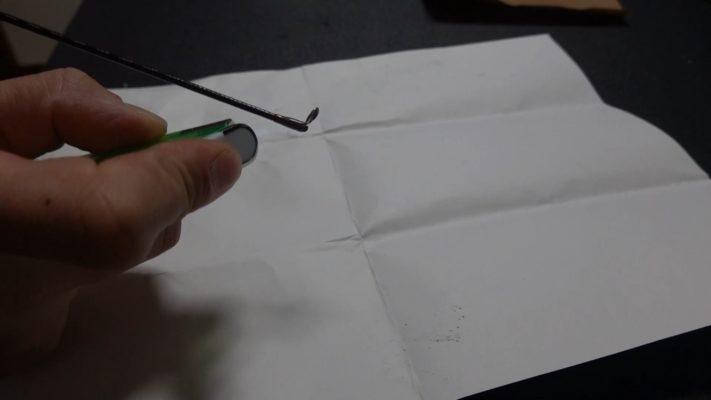 折れた竿をライターで炙る