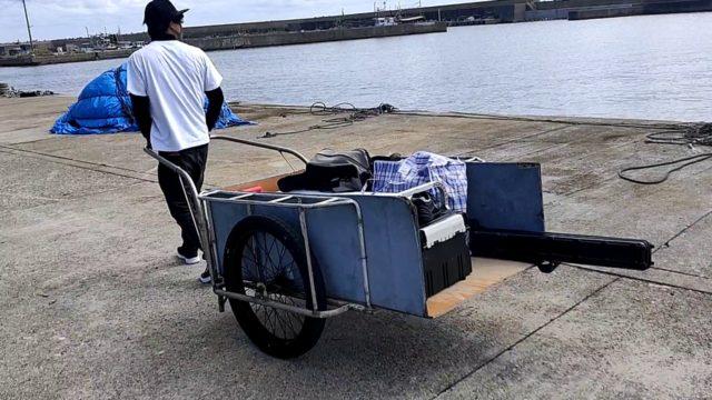 荷台を牽いて釣り宿に向かう