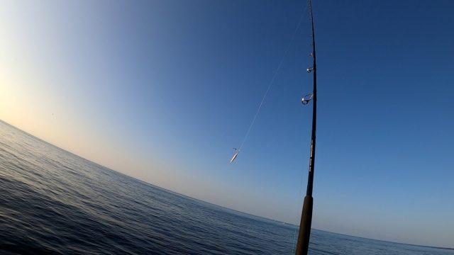 沖堤防で撃投ジグを投げる