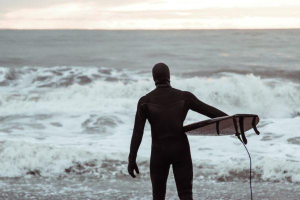 真冬にサーフィン