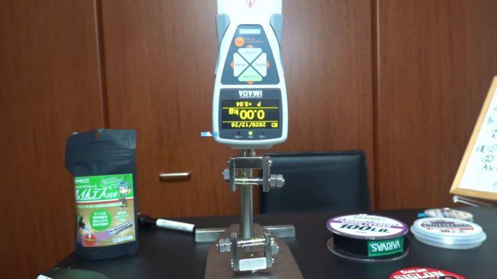 引張試験機と測定台