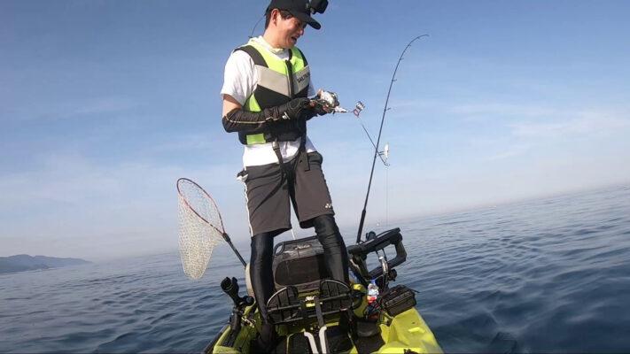 カヤックからコンパクトフィッシングシステム(通称バネ竿)を使って魚をヒット。曲がる竿。