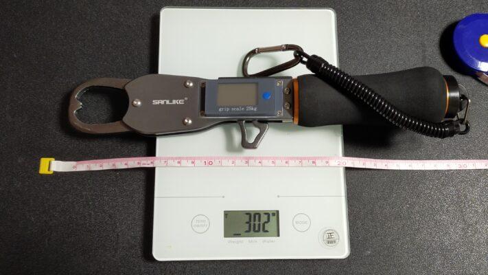 SANLIKE デジタルスケール フィッシュグリップ 重量や長さ等を測っている。